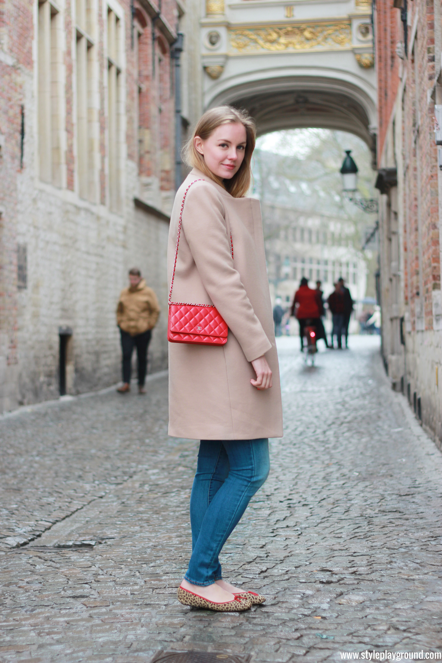 Axelle Blanpain of Style playground is wearing a Zara coat, American Eagle jeggings, French sole flats and Chanel WOC