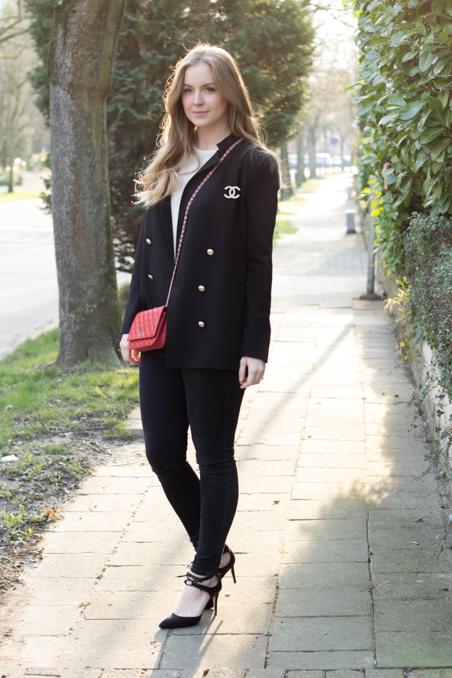 Black blazer, skinny jeans & Chanel bag
