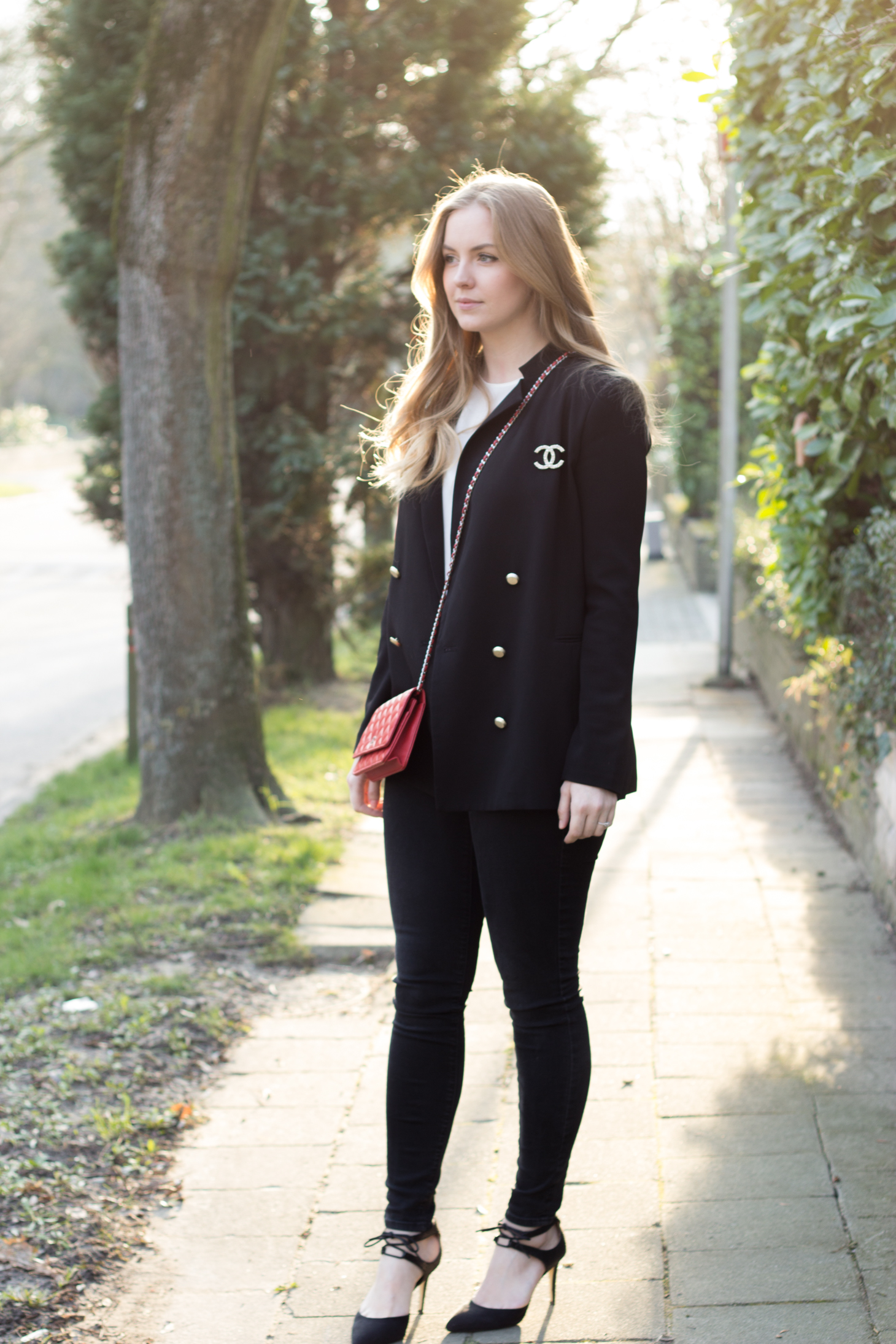 Axelle Blanpain is wearing a Chanel red wallet on chain, H&M blazer, Mango top, American Eagle jeggings & Dorothy Perkins shoes